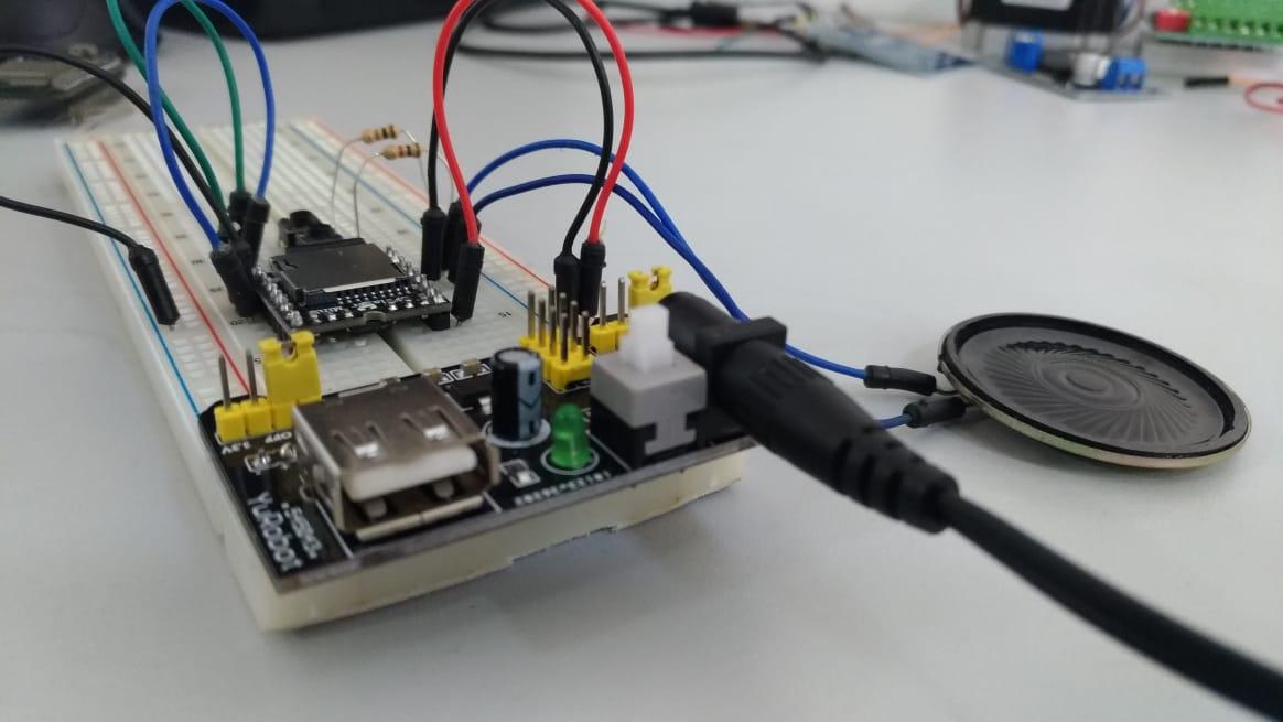 Conecte o alto-falante, alimente o circuito com 3,3V á 5 V, e pressione os botões para testar o funcionamento do circuito.