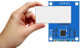 Encoste o dispositivo, e envie no monitor serial a função desejada, sendo 1 para ler, e 2 para armazenar.